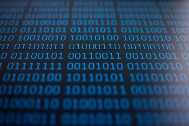 Concept van gegevens, informatie. binaire code op de monitor van een computer