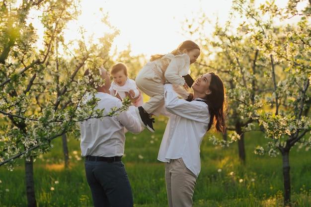 Concept van geluk vreugde van liefdevolle familie