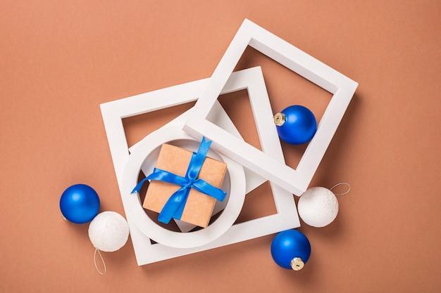Concept van geometrische vormen, kerstboomversieringen en geschenken. banier. plat lag, bovenaanzicht.