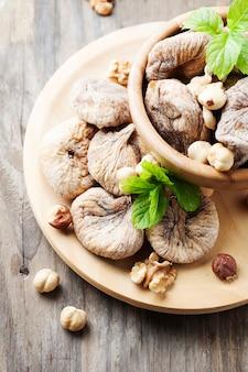 Concept van gezond dessert met vijgen en noten