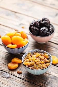 Concept van gezonde maaltijd met gedroogde vruchten