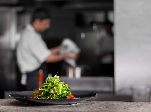 Concept van gezonde voeding verse lente groene salade met sla, granaatappel en grapefruit in het zwart