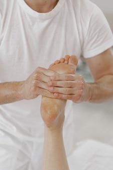 Concept van gezondheidszorg en vrouwelijke schoonheid. masseuses maken een massage van een meisje. vrouw in een kuuroordsalon.