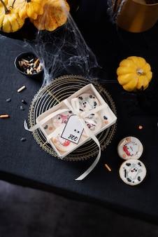 Concept van halloween-feest met handgemaakte cooke op de donkere tavle
