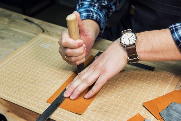 Concept van handgemaakte ambachtelijke productie van lederwaren.