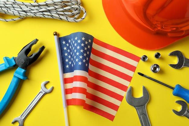 Concept van happy labor day met verschillende accessoires op geel