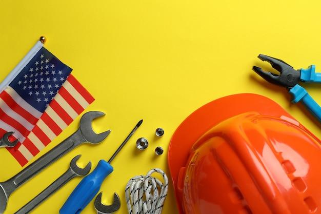 Concept van happy labor day met verschillende accessoires op gele achtergrond