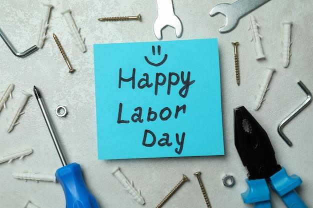 Concept van happy labor day met verschillende accessoires op wit geweven