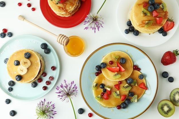 Concept van heerlijk dessert met pannenkoeken op witte achtergrond