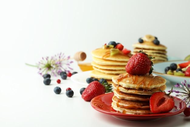 Concept van heerlijk dessert met pannenkoeken op witte tafel