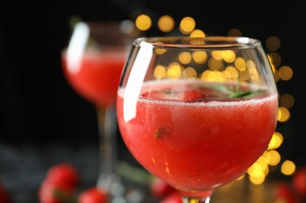 Concept van heerlijk drankje met rossini-cocktail op achtergrond met vage lichten