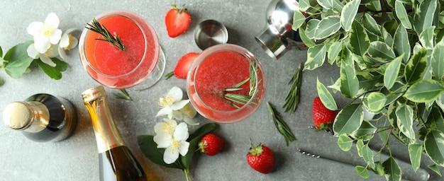 Concept van heerlijk drankje met rossini-cocktail op grijze getextureerde tafel