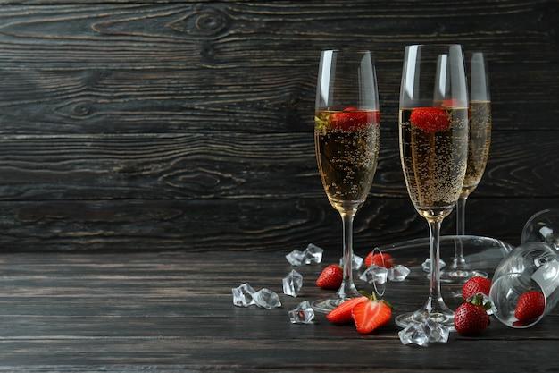 Concept van heerlijk drankje met rossini-cocktail op rustieke houten tafel