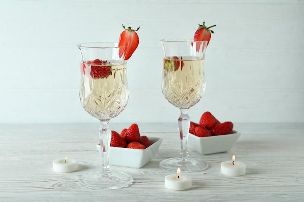 Concept van heerlijk drankje met rossini-cocktail op witte houten tafel