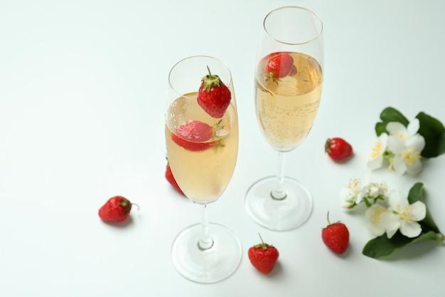 Concept van heerlijk drankje met rossini-cocktail op witte tafel