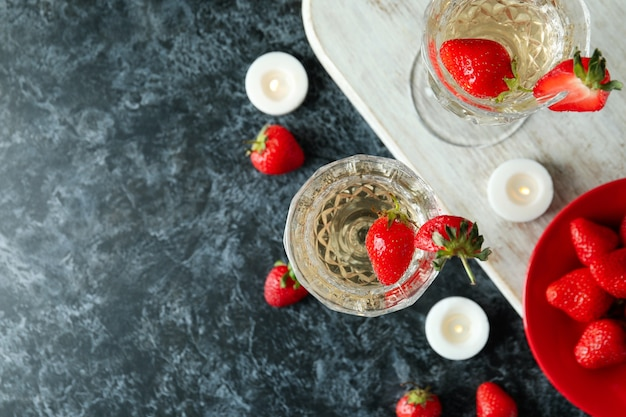 Concept van heerlijk drankje met rossini-cocktail op zwarte rooktafel