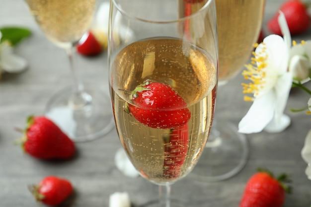 Concept van heerlijk drankje met rossini-cocktails op grijze getextureerde tafel