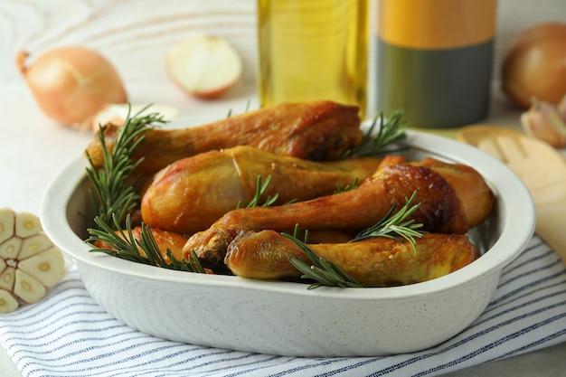 Concept van heerlijk eten met bakplaat met gebraden kippentrommelstokken