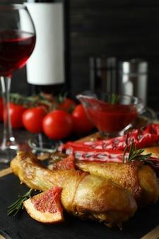 Concept van heerlijk eten met bord van gebraden kip drumsticks, close-up