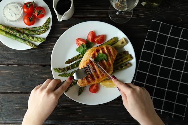 Concept van heerlijk eten met gegrild kippenvlees op houten tafel