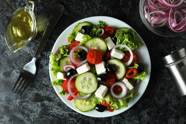 Concept van heerlijk eten met griekse salade op zwarte smokey