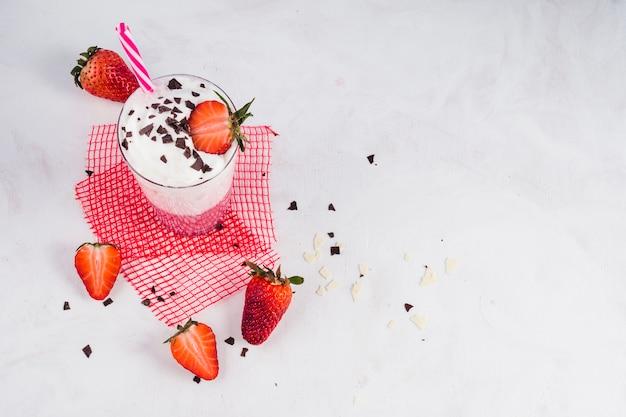 Concept van heerlijke aardbeien smoothie