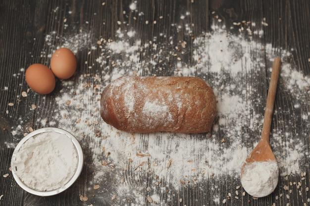 Concept van het bakken van eigengemaakt brood. de ingrediënten en het zoals het is.