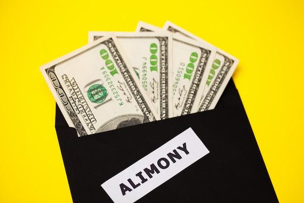 Concept van het betalen voor de elementen, geld in een papieren envelop