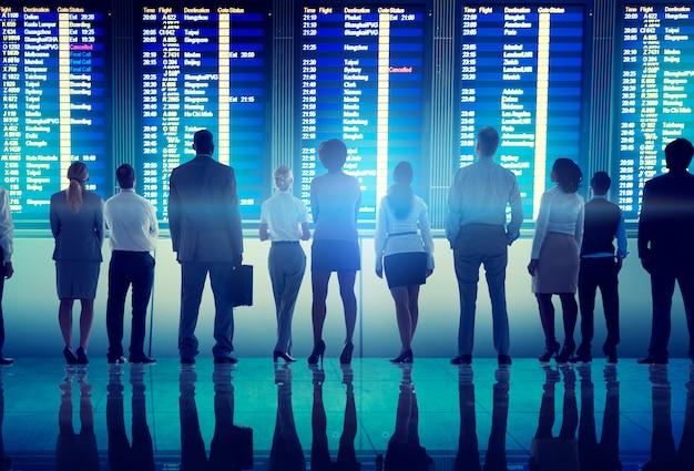 Concept van het de reisvertrek van de bedrijfsmensenluchthaven het eind