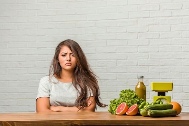 Concept van het dieet. portret van een gezonde jonge latijns-vrouw erg boos en boos, zeer gespannen, schreeuwen woedend, negatief en gek