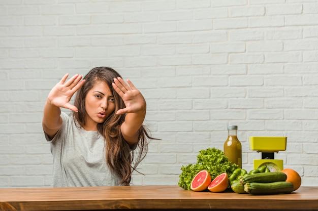Concept van het dieet. portret van een gezonde jonge latijns-vrouw ernstig en vastberaden