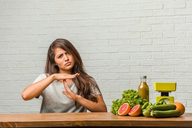 Concept van het dieet. portret van een gezonde jonge latijns-vrouw moe en verveeld