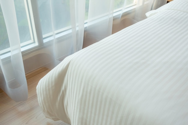 Concept van het huis het mooie ontwerp met zacht comfortabel hoofdkussen op bed in slaapkamer