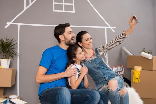 Concept van het huis verkopen gelukkig gezin verkoopt huis
