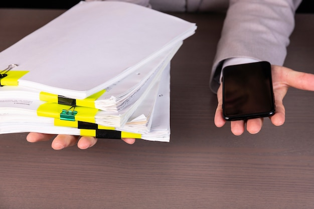 Concept van het kiezen tussen papieren en elektronische workflow