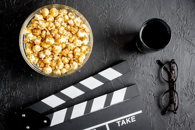 Concept van het kijken naar films met popcorn