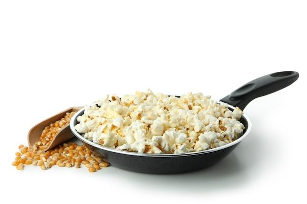 Concept van het koken van popcorn geïsoleerd op een witte achtergrond.