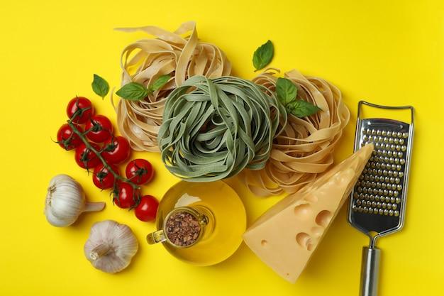 Concept van het koken van smakelijke deegwaren op geel