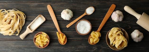 Concept van het koken van smakelijke pasta op houten