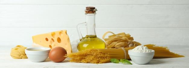 Concept van het koken van smakelijke pasta op wit hout