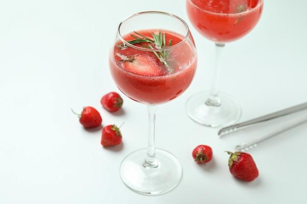 Concept van het maken van rossini-cocktail op witte achtergrond