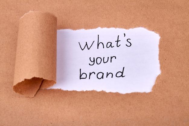 Concept van het ontdekken van uw merk met onbedekt beige papier