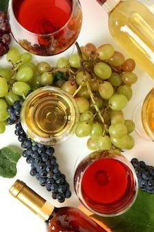 Concept van het proeven van verschillende wijn op witte tafel