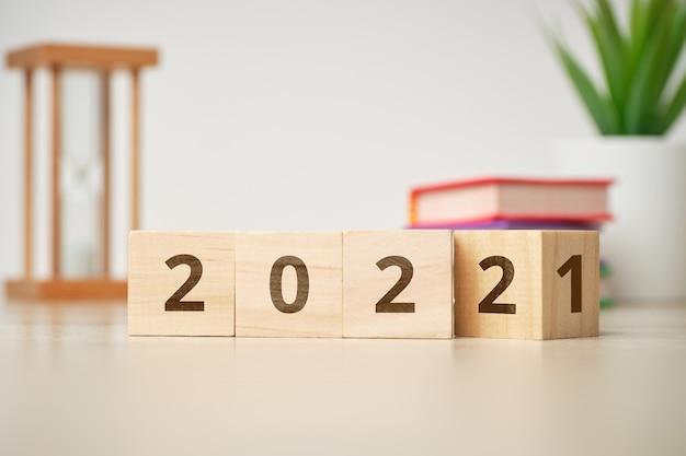 Concept van het veranderen van het jaar van 2021 naar 2022 op houten kubussen.