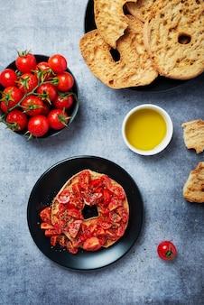 Concept van italiaans eten. friselle met tomaat, olie en origano. bovenaanzicht met kopie ruimte