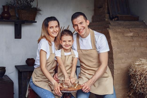 Concept van keramische kunst en hobby gelukkig gezin van drie personen m