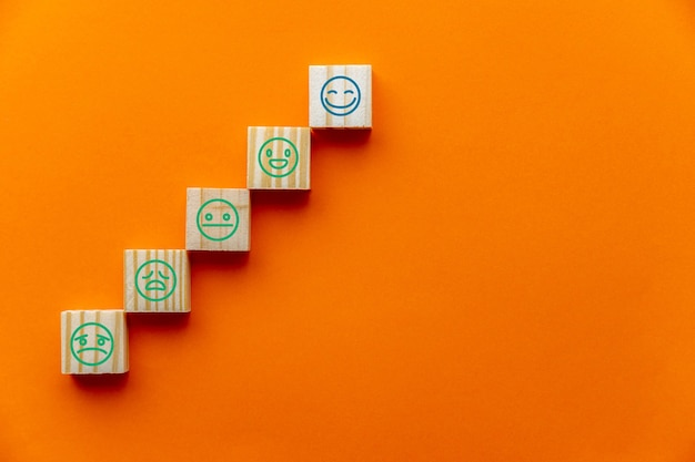 Concept van klantenservicebeoordeling, tevredenheidsonderzoek en hoogste uitstekende servicebeoordeling op oranje achtergrond