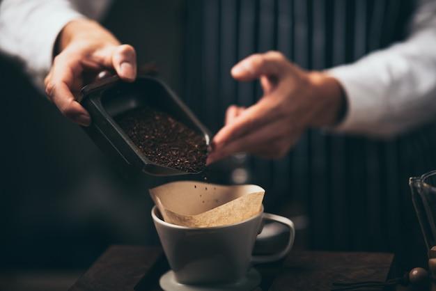 Concept van koffie infuus filterproces met koffiezetapparaat, vintage stijl café