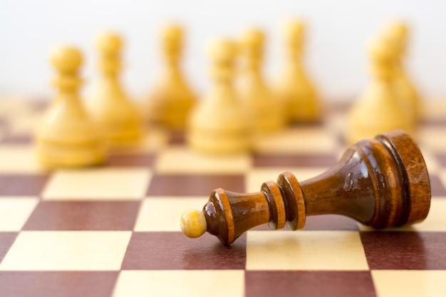 Concept van leiderschap, succes, motivatie. schaakstukken op het bord.