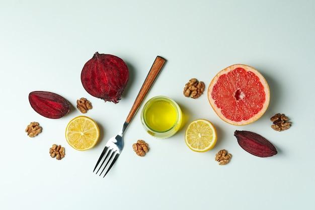 Concept van lekker eten met bieten en ander voedsel op witte tafel